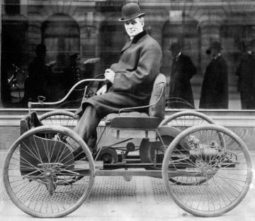 Henry Ford bersama kereta ciptaan beliau yang pertama, Quadricycle